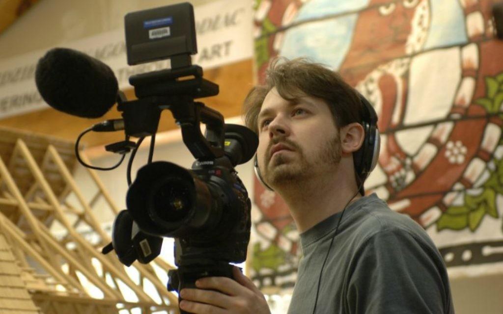 Yari Wolinsky, le réalisateur, travaillant au studio Handshouse (Crédit : Trillium Studios production)