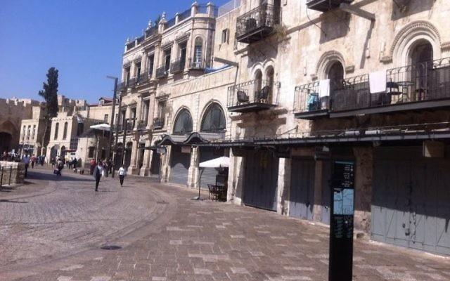 L'entrée du souk de la Vieille Ville de Jérusalem, le dimanche 4 octobre 2015. Les rues, habituellement animées par les touristes, sont presque désertes, après que le gouvernement a décidé, d'interdire l'entrée aux Palestiniens qui ne sont pas résidents de la ville. Les propriétaires de magasins ont fermé boutique pour protester contre la mesure (Crédit : Benjamin Pileggi / The Times of Israel)