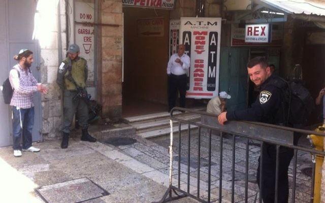Des agents de la police des frontières dans la Vieille Ville de Jérusalem fermée, le 4 octobre 2015 (Crédit : Tamar Pileggi/Times of Israel)