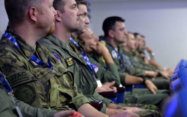 """Soldats participant à l'exercice """"Drapeau bleu"""" qui rassemble les Armées de l'Air israélienne, américaine, grecque et polonaise contre un État ennemi fictif (Crédit : Armée de l'air israélienne)"""