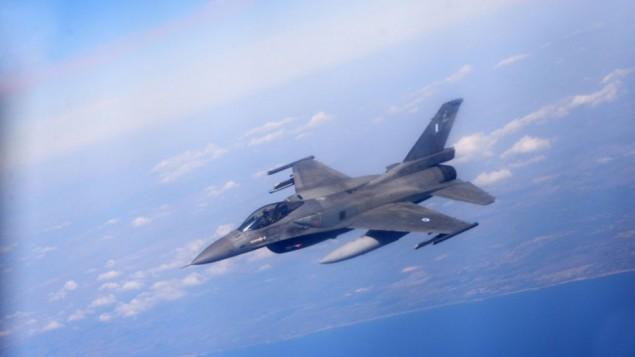 """Un F-16 israélien durant l'exercice """"Drapeau bleu"""" qui rassemble les Armées de l'Air israélienne, américaine, grecque et polonaise contre un État ennemi fictif (Crédit : Armée de l'air israélienne)"""
