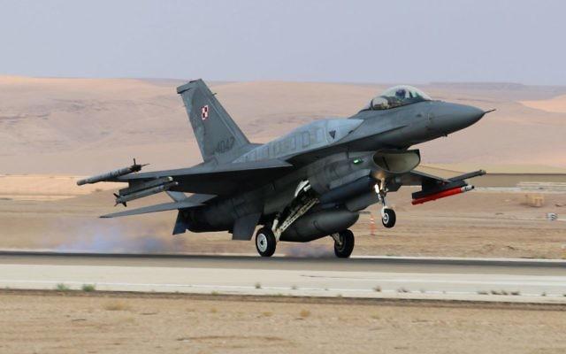 """Un F-16 israélien au décollage durant l'exercice """"Drapeau bleu"""" qui rassemble les Armées de l'Air israélienne, américaine, grecque et polonaise contre un État ennemi fictif (Crédit : Armée de l'air israélienne)"""