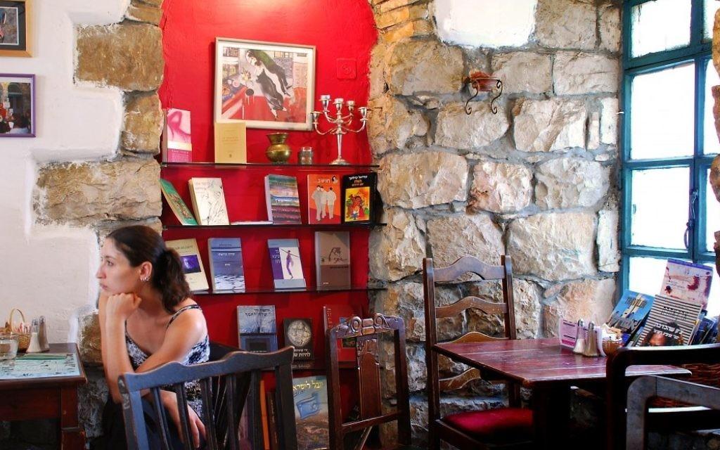De Berlin à New York, les écrivains expatriés israéliens se déplacent bien au-delà du marché israélien. (Jessica Steinberg / The Times of Israel)