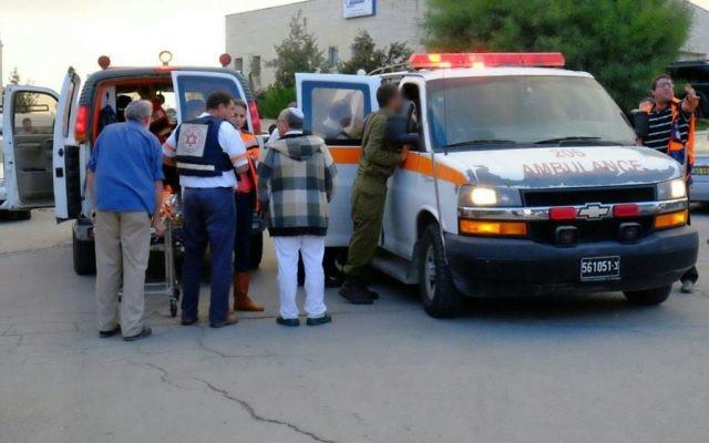 Une femme israélienne, âgée d'une quarantaine d'années, a été modérément blessée après avoir été victime d'une attaque au couteau au carrefour de Gush Etzion (Crédit : Aba Ritzman/Magen David Adom)