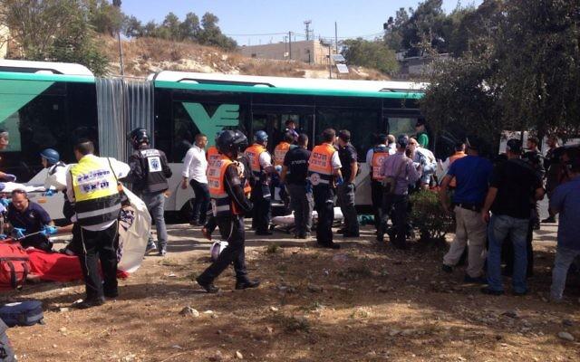 La police et les services médicaux d'urgence traitent les victimes d'une attaque terroriste dans le quartier Armon Hanatziv à Jérusalem le 13 octobre 2015 (Crédit : Police israélienne)