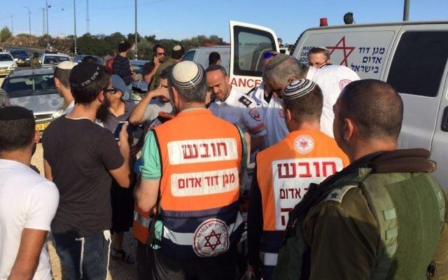 Les secouristes arrivent sur les lieux d'un accident de voiture causé par des lanceurs de pierres près de l'implantation cisjordanienne de Shiloh, le 9 octobre 2015. (Crédit : Magen David Adom)