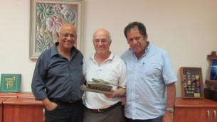 L'auteur Barry Spielman (centre) rencontre Avigdor Kahalani (à gauche), un ancien commandant bataillon 77e, et Kauli Eitan, le commandant adjoint du 77e Bataillon. (Crédit : Autorisation de Barry Spielman)