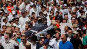 Des milliers de personnes assistent aux funérailles de Naama et Eitam Henkin le 2 octobre à Jérusalem (Crédit : Yonatan Sindel/Flash90)