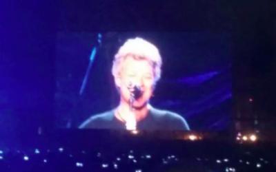 Capture d'écran de Jon Bon Jovi à son concert donné en Israël le 3 octobre 2015