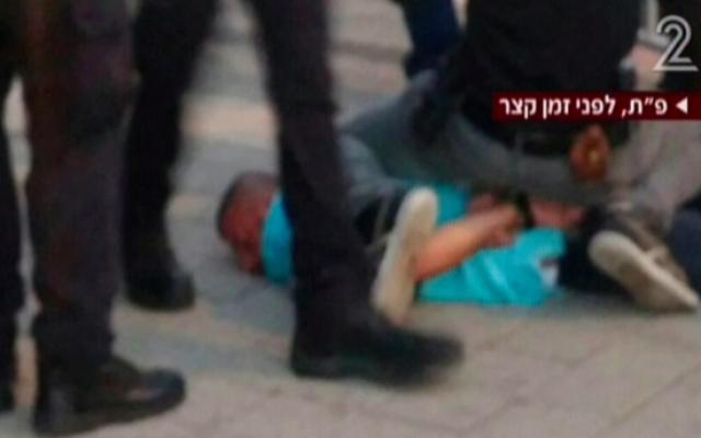 Capture d'écran de la scène de l'attaque à Petah Tikva le 7 octobre 2015 (Crédit : Deuxième chaîne)