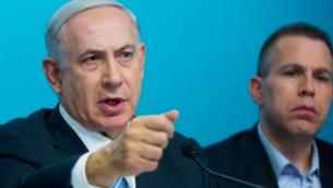 Le Premier ministre Benjamin Netanyahu à une conférence de presse au bureau du Premier ministre à Jérusalem, le 8 octobre 2015, aux côtés de Gilad Erdan (Crédit : Yonatan Sindel / Flash90)