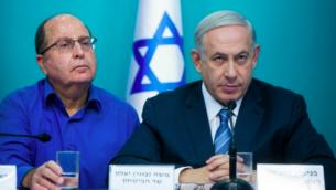 Le Premier ministre Benjamin Netanyahu et le ministre de la Défense (à gauche) Moshe Yaalon, à Jérusalem, le 8 octobre 2015. (Crédit : Yonatan Sindel/Flash 90)