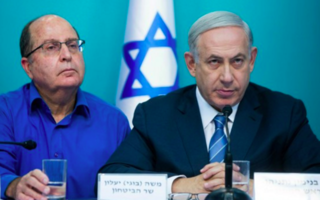 Le Premier ministre Benjamin Netanyahu et son ministre de la Défense d'alors, Moshe Yaalon, à Jérusalem, le 8 octobre 2015. (Crédit : Yonatan Sindel/Flash90)