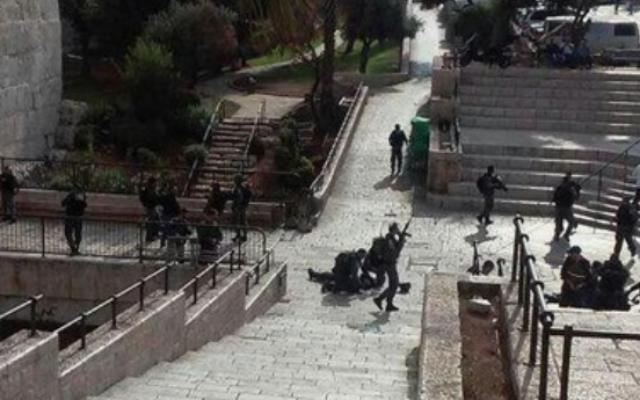 Capture d'écran de la scène de la deuxième attaque au couteau qui s'est déroulée près de la Vieille Ville à jérusalem, le10 octobre 2015 (Crédit : Deuxième chaîne israélienne)