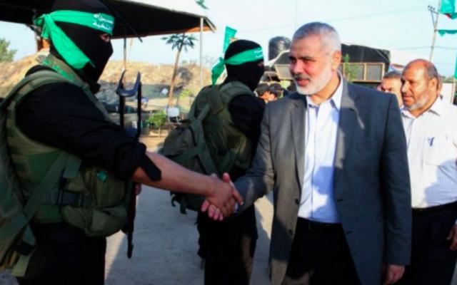 Le dirigeant du Hamas Ismail Haniyeh à un camp d'été pour les jeunes organisé par le Hamas, à Rafah, dans le sud de la bande de Gaza, le 1er août 2015. (Crédit : Abed Rahim Khatib/Flash90)