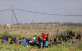 Des Gazaouis s'approchent de la clôture de la frontière avec Israël lors d'affrontements avec les soldats de Tsahal, le 9 octobre 2015. (Crédit photo: Mohammed Abed / AFP)