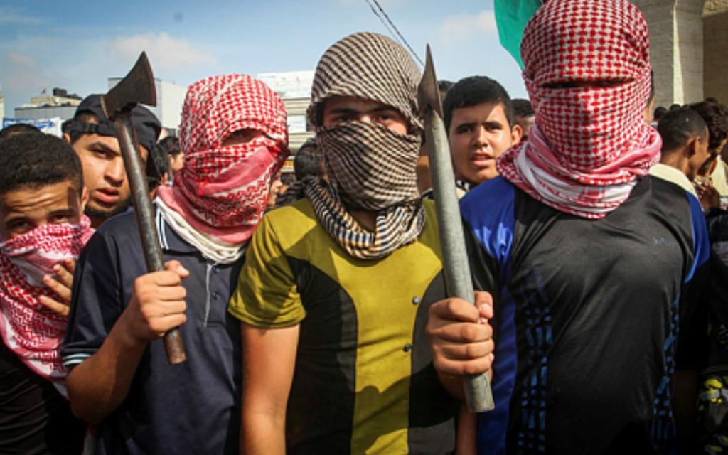 Des émeutiers palestiniens prennent part à une manifestation anti-Israël dans la ville de Rafah dans la bande de Gaza le 13 Octobre, 2015, (Crédit : Abed Rahim Khatib / Flash90)