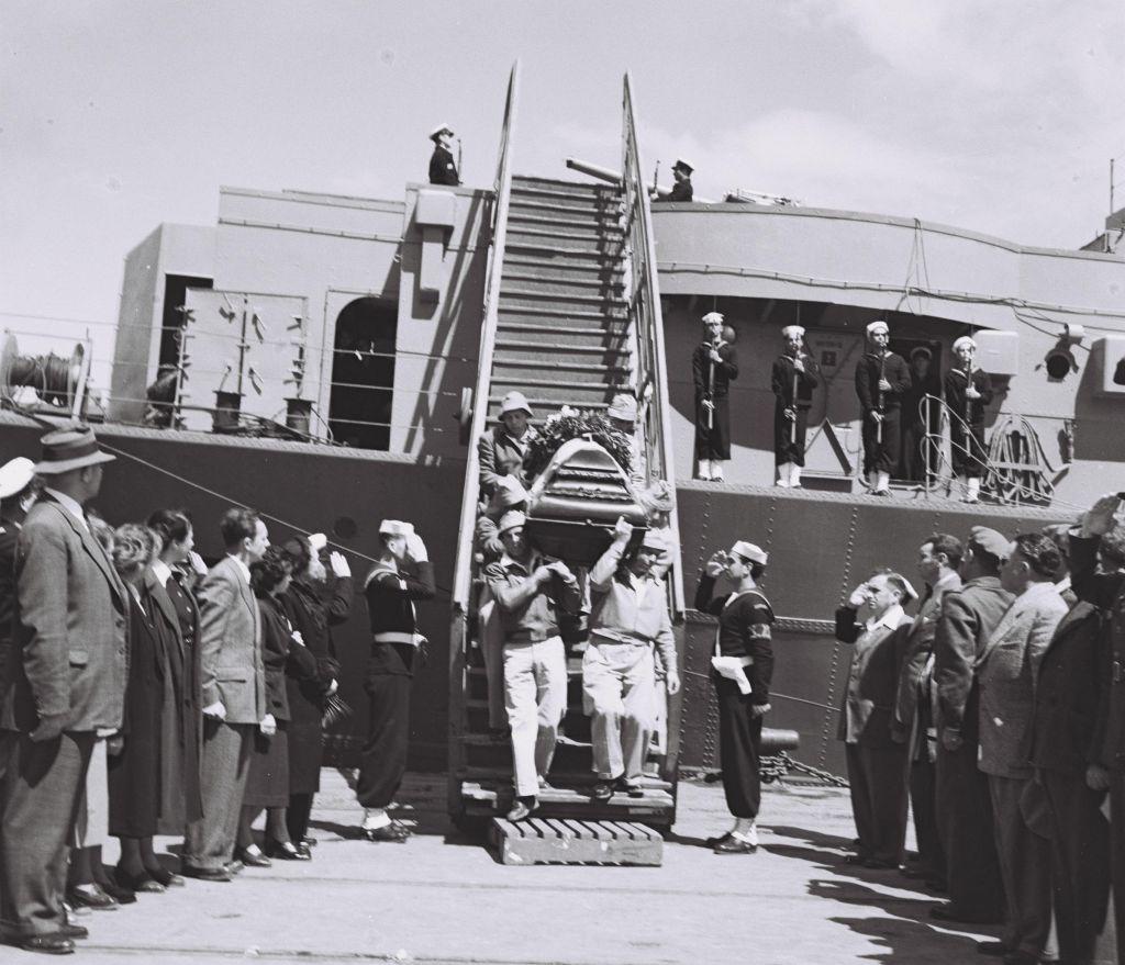 Le cercueil de Hannah Senesh sortant du navire qui a porté ces restes en Israël (Crédit : Autorisation Doron Bar)