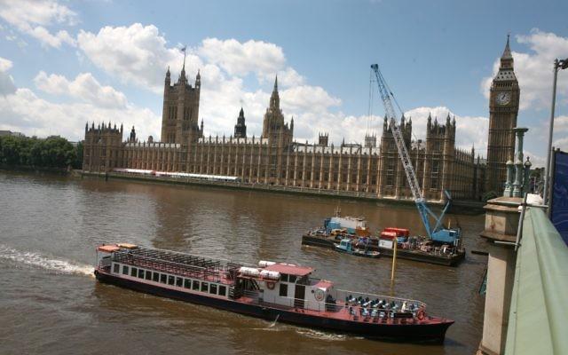 Une vue d'ensemble sur la Tamise, le Big Ben et les Chambres du Parlement à Londres. (Crédit : Yossi Zamir / Flash90)