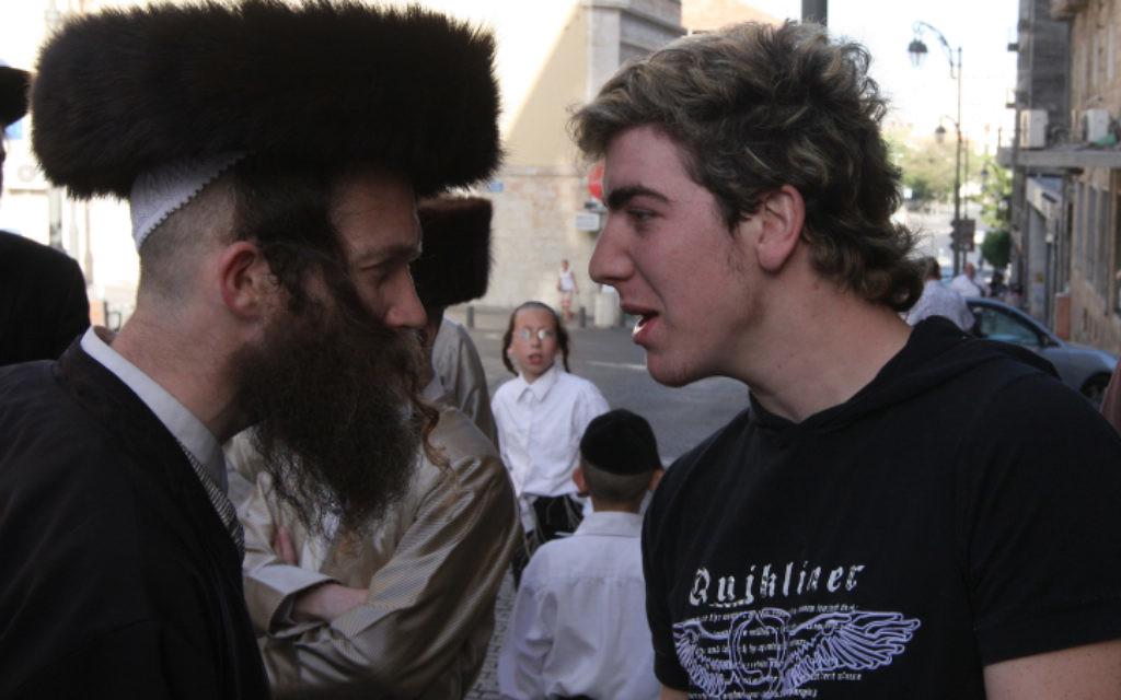 Un Juif ultra-orthodoxe confronté à des travailleurs juifs laïques dans un centre de Jérusalem, le 19 avril 2008 (Crédit : photo par Nati Shohat / Flash90)