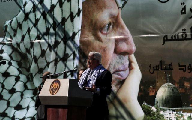 Le président de l'Autorité palestinienne Mahmoud Abbas lors d'un rassemblement commémorant le cinquième anniversaire de la mort de Yasser Arafat à Ramallah, en Cisjordanie, en novembre 2009. (Crédit : Issam Rimawi/Flash90)