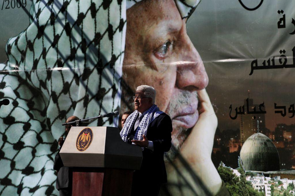 Le président de l'Autorité palestinienne Mahmoud Abbas lors d'un rassemblement commémorant le cinquième anniversaire de la mort de Yasser Arafat dans la ville cisjordanienne de Ramallah, en 2009. (Crédit : Issam Rimawi / flash 90)