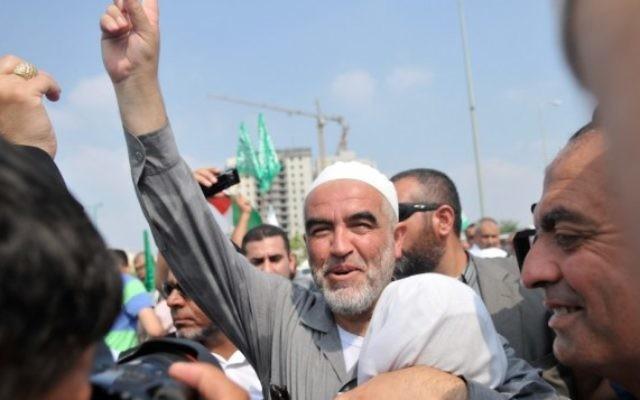 Raed Salah, chef de la Branche nord du mouvement islamique d'Israël, devant la prison de Ramle, près de Tel Aviv, en 2010. (Crédit : Yossi Zeliger/Flash90)