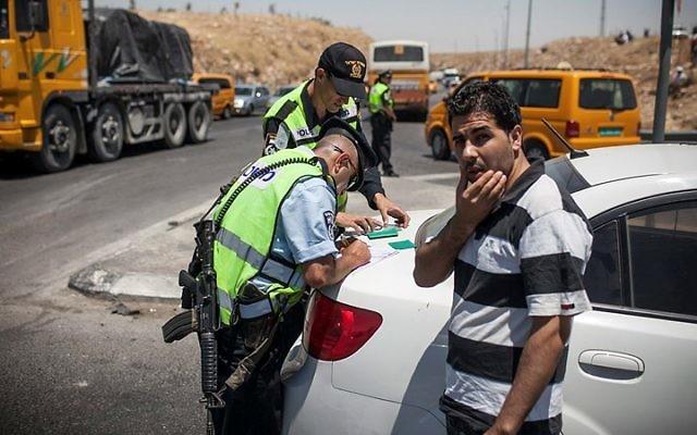 La police contrôlant les Palestiniens en chemin vers Ramallah près du croisement d'Adam (Crédit : Noam Moskowitz / Flash90)