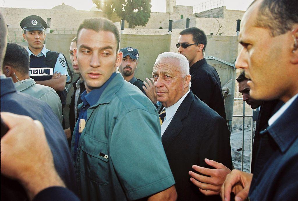 Le chef de l'opposition de l'époque, Ariel Sharon, vu à la Porte Mughrabi en route vers le mont du Temple, le 28 Septembre 2000. Sharon a visité le site avec une escorte de plus de 1 000 agents de police. La deuxième Intifada a éclaté peu de temps après. (Crédit : Flash90)