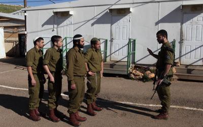 Des soldats de l'unité ultra-orthodoxe Netzah Yehuda de l'armée israélienne (Crédit : Yaakov Naumi / Flash90)