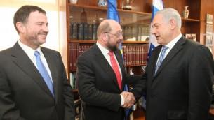 Le président du Parlement européen Martin Schulz (C) rencontre le Premier ministre Benjamin Netanyahu (à droite) et le président de la Knesset Yuli Edelstein (à gauche), à Jérusalem, le 12 février 2014 (Crédit : Isaac Harari / flash 90)
