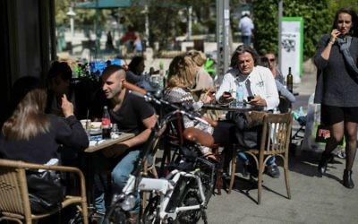 Des Israéliens dans un café de Tel Aviv. Illustration. (Crédit : Hadas Parush/Flash90)