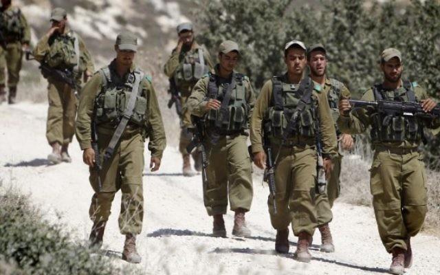 Des soldats israéliens en Cisjordanie  (Crédit : Miriam Alster/Flash90)