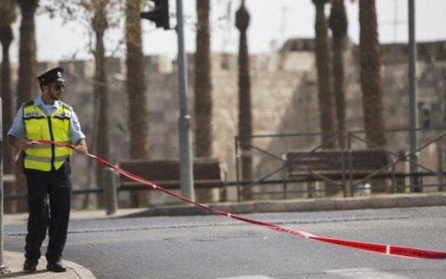 Un policier près de la Porte de Damas, dans la Vieille Ville de Jérusalem (Crédit : Yonatan Sindel / Flash90)