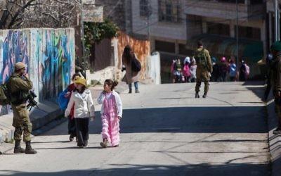 La communauté juive de Hébron pendant le festival annuel de Purim (Crédit : Yonatan Sindel / Flash90)