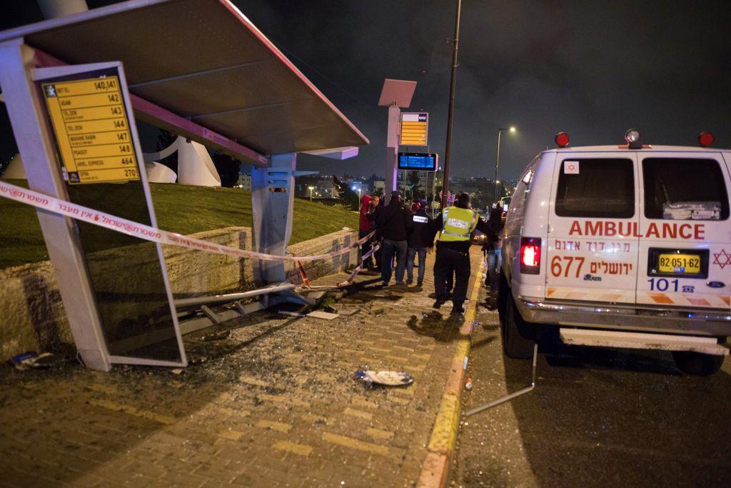 Le lendemain d'une attaque à la voiture bélier au carrefour du French Hill à Jérusalem le 15 avril 2015. (Crédit : Yonatan Sindel / Flash90)