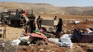 Des Palestiniens recherchent leurs biens après que leur maison ait été détruite par l'armée israélienne à l'est de la ville de Ramallah en Cisjordanie, le  3 septembre 2015. (Crédit : Flash90)