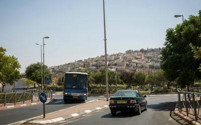 Une vue du village arabe de Tsur Baher de l'une des principales rues menant sur Armon Hanatziv (Crédit : Hadas Parush / flash 90)