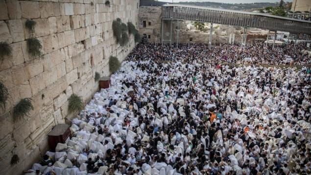 Des milliers de personnes rassemblées au mur Occidental pour la cérémonie de bénédiction sacerdotale annuelle de Souccot, le 30 septembre 2015. (Crédit : Flash90)