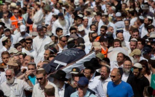 Les amis et la famille portent les dépouilles de Naama et Eitam Henkin pendant leurs funérailles le 2 octobre à Jérusalem (Crédit : Yonatan Sindel/Flash90)