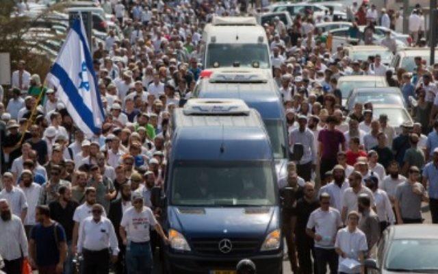 Des milliers de personnes pendant les funérailles de Naama et Eitam Henkin, à Jérusalem, le 2 octobre 2015. (Crédit : Yonatan Sindel/Flash90)