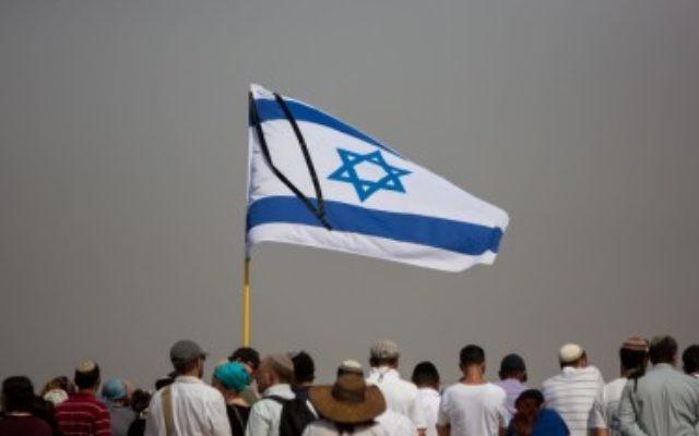 Les parents et la famille assistent aux funérailles de Naama et Eitam Henkin le 2 octobre à Jérusalem (Crédit : Yonatan Sindel/Flash90)