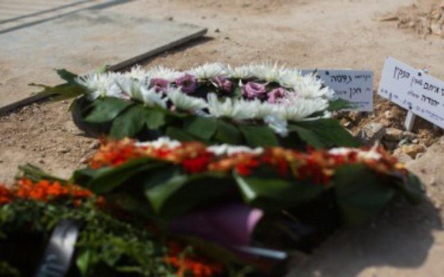 Les tombes de Naama et Eitam Henkin le 2 octobre à Jérusalem (Crédit : Yonatan Sindel/Flash90)
