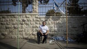 Yossi Dagan, chef du Conseil régional de Samarie, assis à une Soucca devant la résidence du Premier ministre à Jérusalem le 2 octobre, 2015. (Crédit : Yonatan Sindel / Flash90)