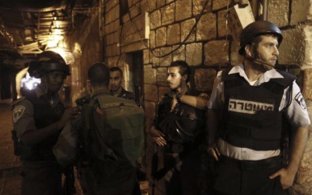 Des soldats israéliens dans la Vieille Ville de Jérusalem, le 3 octobre 2015 (Crédit : flash 909