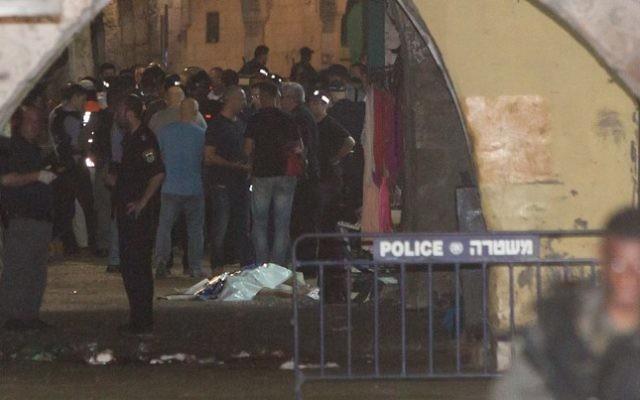 La police israélienne sur les lieux où une attaque a eu lieu dans la Vieille Ville de Jérusalem, le 3 octobre  2015 (Crédit : Yonatan Sindel / Flash90)