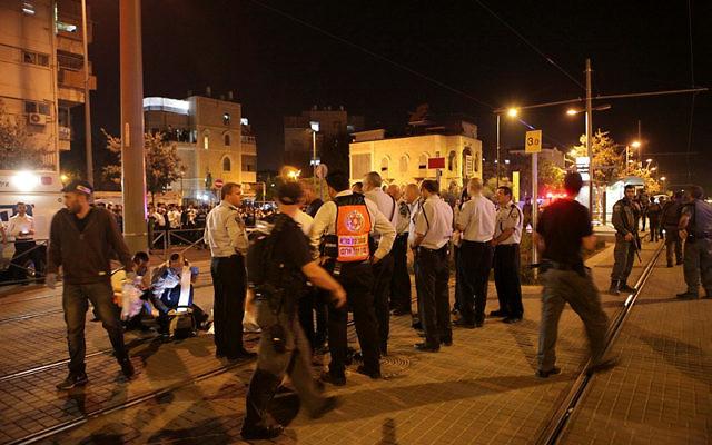 Des officiers de la police près de la scène où un terroriste palestinien a poignardé un garçon de 15 ans aux abords de la Vieille Ville ce dimanche matin  (Crédit : Flash90)