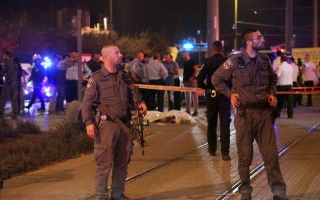 La police israélienne se tient près du corps d'un terroriste palestinien qui a poignardé un ado israélien de 15 ans à l'extérieur de Jérusalem, le 4 octobre, 2015. (Crédit : Flash90)