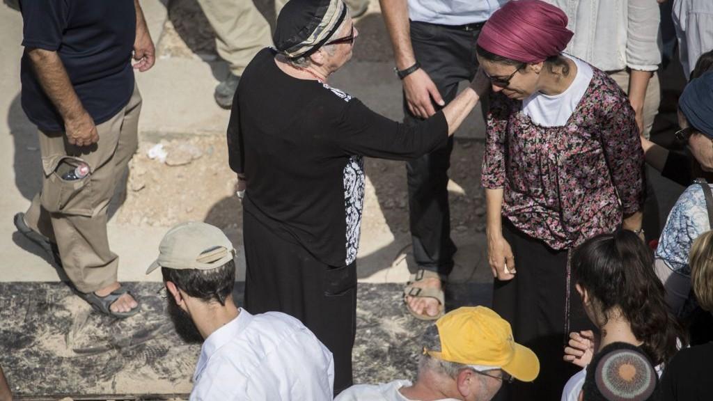 La femme de Nehamia Lavi lors de son enterrement au cimetière de Har HaMenuhot à Jérusalem le 4 octobre 2015. Lavi a été tué alors qu'il tentait d'aider des Juifs poignardés dans une attaque terroriste par un Palestinien dans la Vieille Ville le 3 octobre (Crédit : Hadas Parush / Flash90)