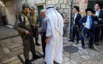 Des officiers de police israéliens gardent les lieux près de la scène de l'attaque, le 4 octobre 2015. (Crédit : Yonatan Sindel/Flash90)